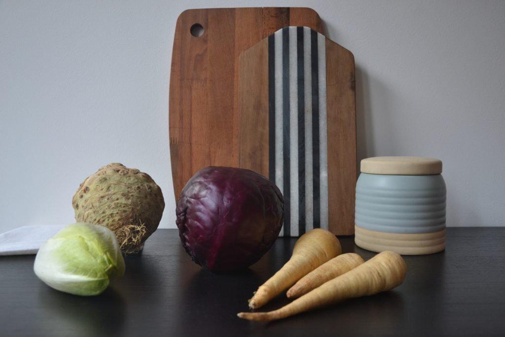Bauer nebenan Wintergemüse Knollensellerie Pastinaken Rotkohl Chicoree auf Küchenablage
