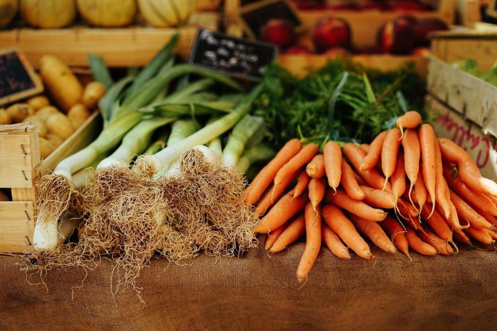 Bauer nebenan frisches saisonels Gemüse Lauch Möhren Regional Gesund in der Fastenzeit
