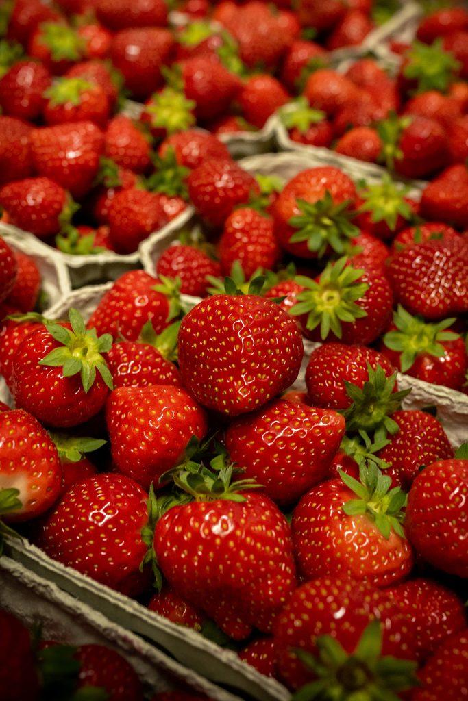 Bauer nebenan Erdbeeren auf dem Wochenmarkt